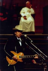 Bob Dylan canta frente al papa Juan Pablo II